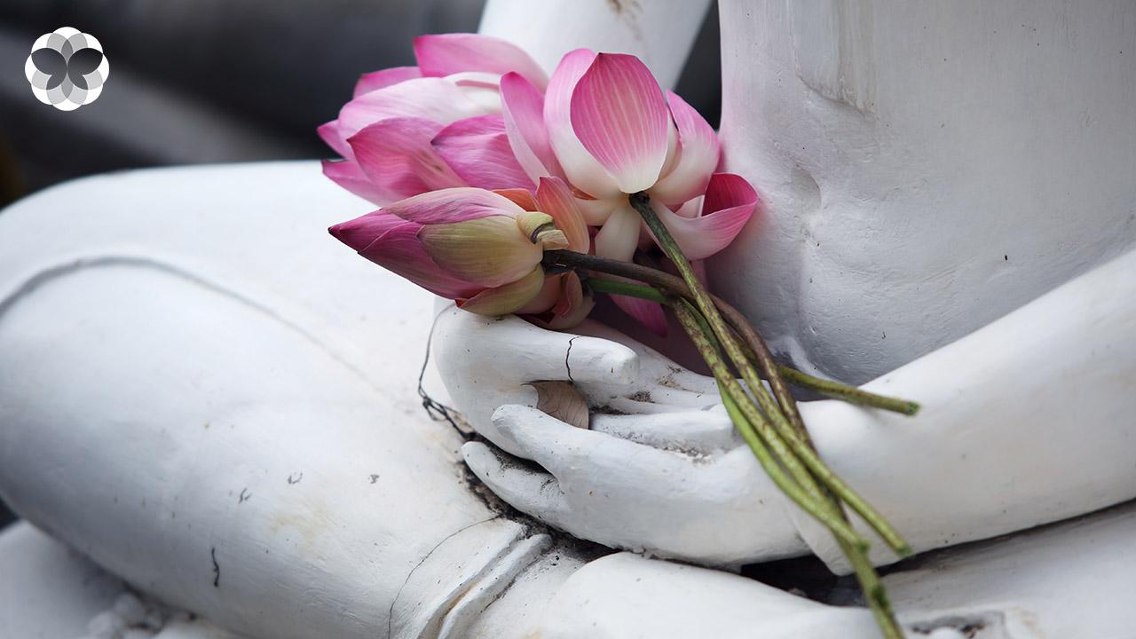 พับดอกบัวก่อนถวายพระ มากกว่าศิลปะคือ 'หลักธรรม'
