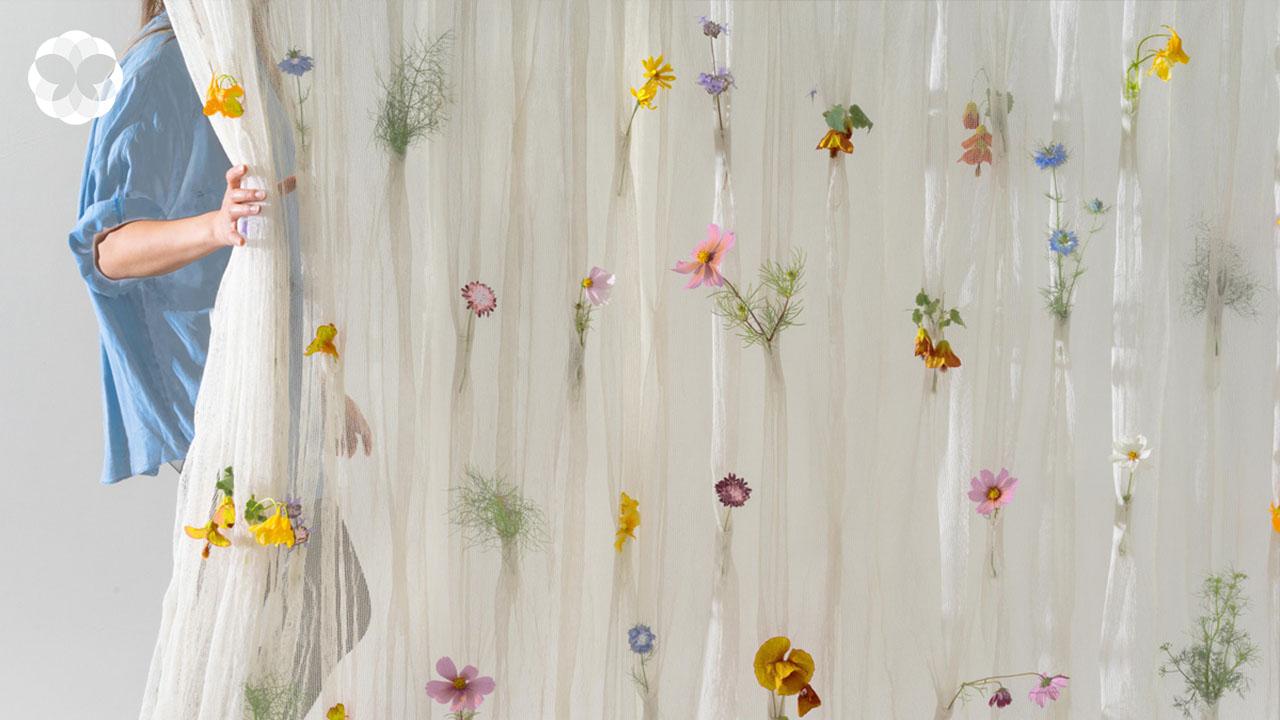 ม่านดอกไม้สด ทอกระดาษเป็นม่าน แล้วปักดอกไม้เพื่อแต้มบ้านให้ชุ่มฉ่ำ